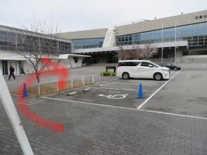駐車場を迂回して直進します。